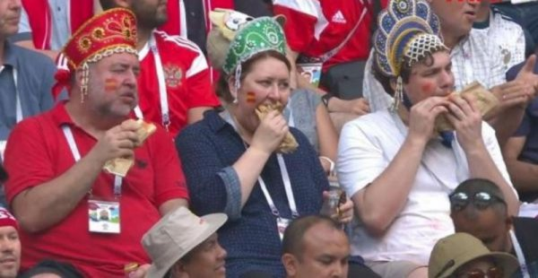 Жующие болельщики в кокошниках на матче Россия-Испания мгновенно стали героями мемов
