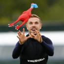 Футболисты сборной Англии на тренировке играли резиновой курицей вместо мяча