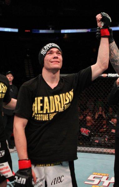 Боец MMA сломал руку во время боя и нокаутировал противника